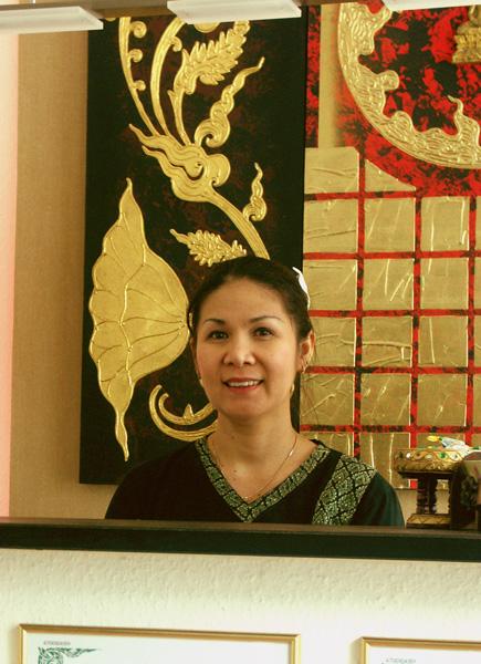 Frau Khiansri begrüßt Sie zum Thai Wellness
